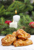 Weihnachtskuchen und -Tannenzweige im Hintergrund Lizenzfreie Stockbilder
