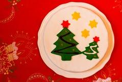 Weihnachtskuchen verziert mit FondantWeihnachtsbaum Stockfoto