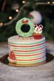 Weihnachtskuchen verziert mit Weihnachtskleinen kuchen und bunten Bonbons lizenzfreie stockbilder