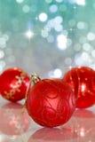 Weihnachtskugel auf abstraktem hellem Hintergrund Lizenzfreies Stockfoto