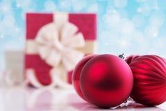 Weihnachtskugel auf abstraktem hellem Hintergrund stockbilder