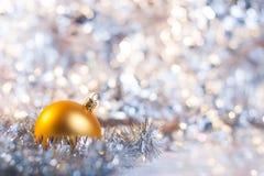 Weihnachtskugel auf abstraktem hellem Hintergrund Lizenzfreies Stockbild