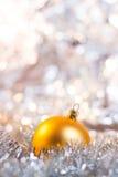 Weihnachtskugel auf abstraktem hellem Hintergrund Lizenzfreie Stockbilder