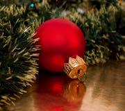 Weihnachtskugel auf dem goldenen Hintergrund Stockfotos