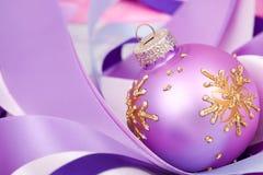 Weihnachtskugel auf Farbbändern Lizenzfreies Stockfoto