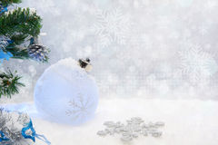 Weihnachtskugel auf Schnee Lizenzfreies Stockfoto