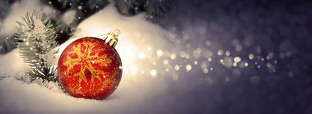 Weihnachtskugel auf Schnee Stockfotos