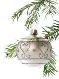 Weihnachtskugel auf Zweig Stockbild