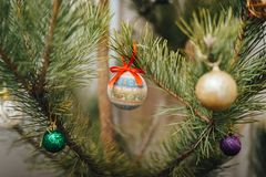 Weihnachtskugel, die am Weihnachtsbaum hängt stockbild