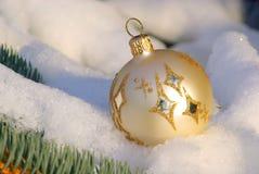 Weihnachtskugel im Schnee Stockbilder