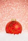 Weihnachtskugel im Schnee lizenzfreie stockbilder