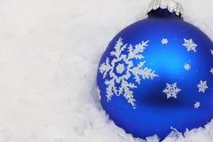Weihnachtskugel im Schnee Stockfoto
