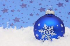 Weihnachtskugel im Schnee Stockfotos