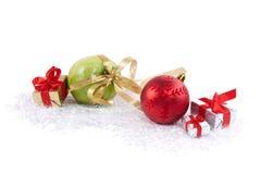 Weihnachtskugel, Kästen und grüner köstlicher Apfel Stockbilder