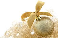 Weihnachtskugel mit Farbband Stockfotografie