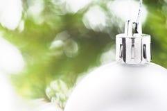 Weihnachtskugel mit Farbband Lizenzfreies Stockfoto