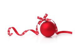 Weihnachtskugel mit Farbbandbogen Stockbild