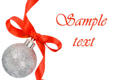 Weihnachtskugel mit rotem Farbband Stockfotos