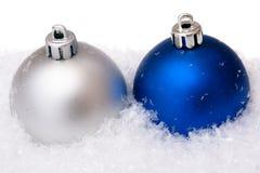 Weihnachtskugel mit Schnee Lizenzfreies Stockbild