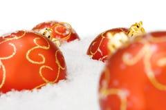 Weihnachtskugel mit Schnee Lizenzfreies Stockfoto