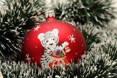 Weihnachtskugel mit Zeichnung des Tigers Stockfoto