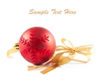 Weihnachtskugel und -farbband mit Bogen auf Weiß Stockfoto