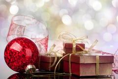 Weihnachtskugel und -Geschenkbox Stockfotos