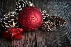 Weihnachtskugel und -kerze Lizenzfreies Stockfoto