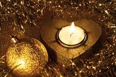 Weihnachtskugel und -kerze (golden) Lizenzfreies Stockfoto