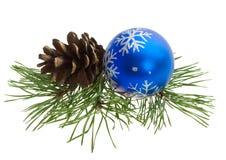 Weihnachtskugel und Kieferkegel Lizenzfreies Stockbild