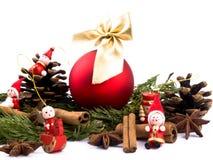 Weihnachtskugel und rote hölzerne Abbildungen Lizenzfreies Stockbild