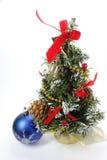 Weihnachtskugel und Weihnachtsbaum lizenzfreies stockbild