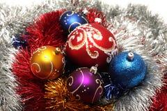 Weihnachtskugeln auf abstraktem Filterstreifenhintergrund stockbild