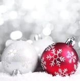 Weihnachtskugeln auf abstraktem Hintergrund Stockfotos