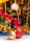 Weihnachtskugeln auf abstraktem Hintergrund Lizenzfreie Stockfotos
