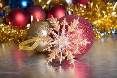 Weihnachtskugeln auf abstraktem Hintergrund Lizenzfreie Stockbilder