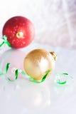Weihnachtskugeln auf abstraktem Hintergrund Lizenzfreies Stockfoto