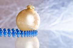 Weihnachtskugeln auf abstraktem Hintergrund Lizenzfreies Stockbild