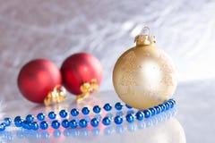 Weihnachtskugeln auf abstraktem Hintergrund Stockfotografie