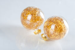 Weihnachtskugeln auf abstraktem Hintergrund Stockbild