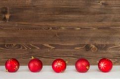 Weihnachtskugeln auf abstraktem Hintergrund Stockfoto