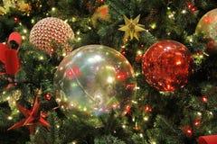 Weihnachtskugeln auf dem Baum Stockbild