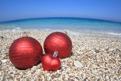 Weihnachtskugeln auf dem Strand Stockfoto