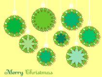 Weihnachtskugeln auf einem gelben Hintergrund Lizenzfreie Stockfotos