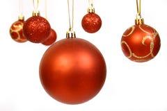 Weihnachtskugeln auf einem weißen BAC Stockbild