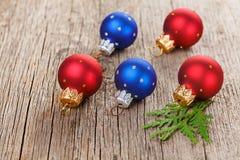 Weihnachtskugeln auf hölzernem Hintergrund lizenzfreie stockfotos