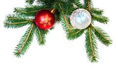 Weihnachtskugeln auf Kieferzweig Stockfotografie