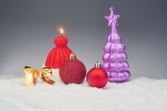 Weihnachtskugeln auf Schnee Stockbilder