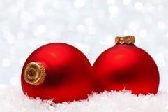 Weihnachtskugeln auf Schnee Lizenzfreie Stockfotografie