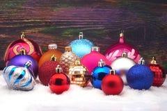 Weihnachtskugeln auf Schnee Stockfotografie